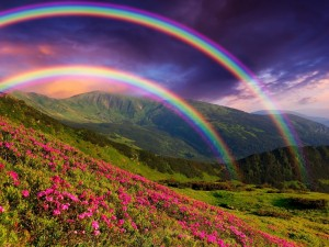 Postal: Doble arco iris sobre las montañas