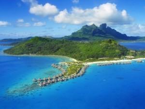 Cabañas en el mar junto a una gran isla