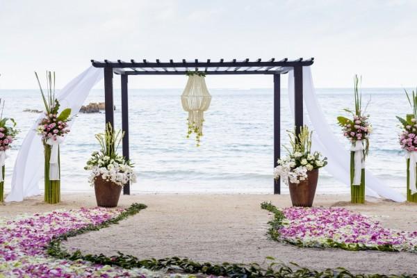 Arreglos florales en la playa para una boda