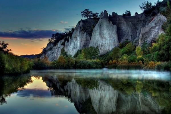 Acantilados reflejados en el río