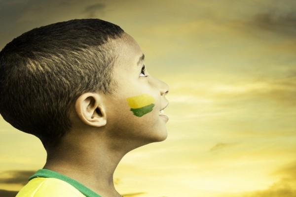Niño con los colores de Brasil 2014