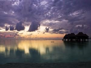 El sol reflejado en las aguas del mar