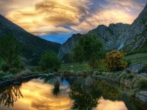 El cielo del amanecer reflejado en el estanque