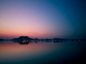Luces en la orilla del lago