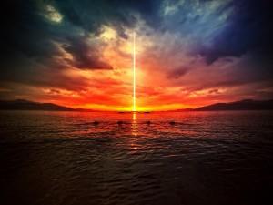 Línea de luz desde el cielo al agua
