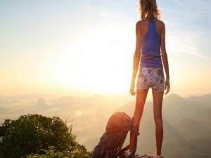 Mujer contemplando la salida del sol