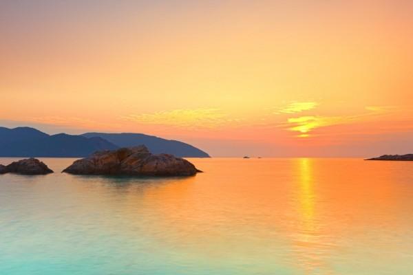 Escasos rayos de sol reflejados en el agua