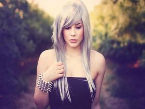 Chica con el pelo blanco
