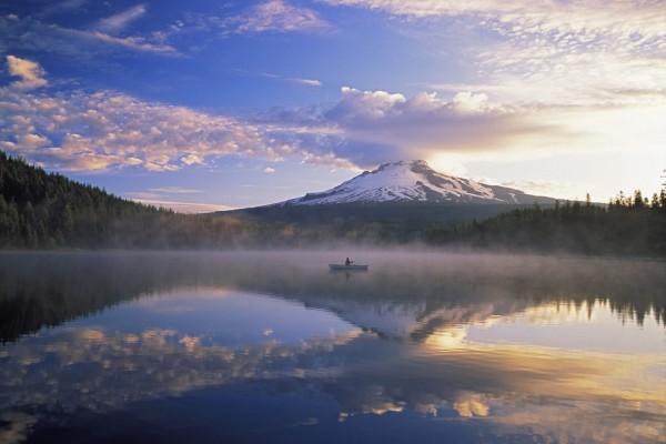 Pesca en el lago al atardecer