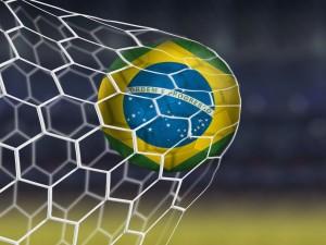 Postal: Balón de Brasil contra la red