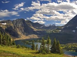 Postal: Vista del río entre las montañas