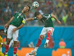 Dos jugadores de la Selección Mexicana en el partido contra Camerún (Mundial 2014)