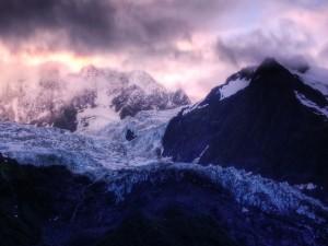 Postal: Glaciar en la montaña visto al amanecer