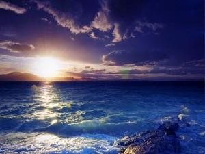 El brillante sol sobre el mar