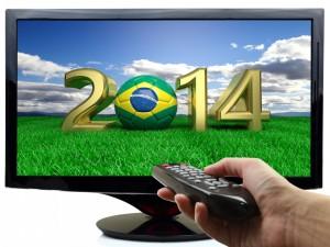Mirando en el televisor el Mundial de Fútbol Brasil 2014