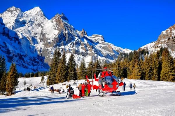 Helicóptero de rescate en la nieve