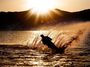 Practicando esquí acuático al atardecer