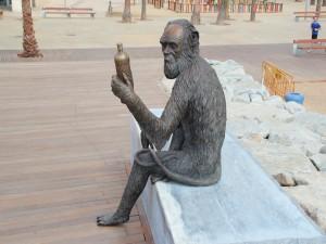 """Postal: Estatua """"Anís del Mono"""" (Paseo Marítimo de Badalona)"""