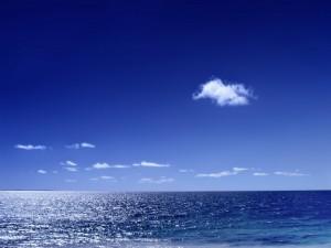 Postal: Pequeñas nubes blancas sobre el mar