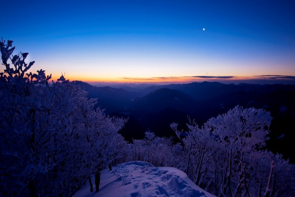La luna en el cielo al anochecer