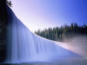 Una gran cascada blanca