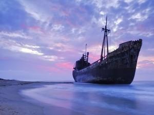 Postal: Gran barco abandonado en una playa