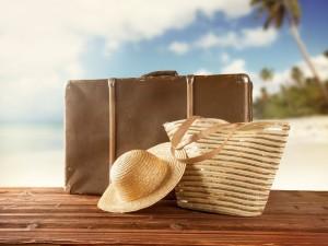 Valija, bolso y sombrero para las vacaciones