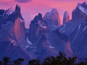 Nace el sol e ilumina los picos de la montañas