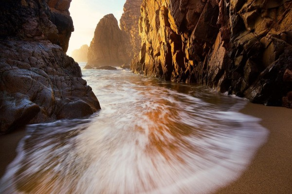 Agua recorriendo los acantilados