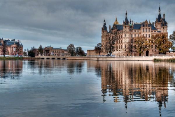 Bonitos edificios reflejados en el río