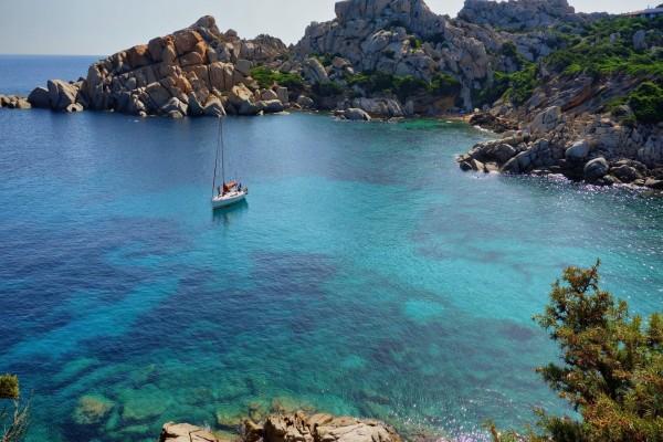 Navegando en el mar cerca de las rocas