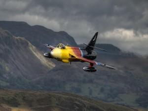 Avión Hawker Hunter, sobrevolando las montañas