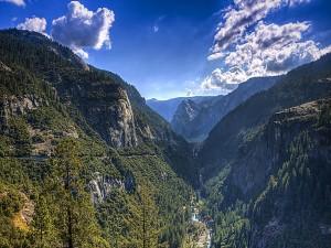 Postal: Río entre montañas, valles y árboles (Parque Nacional de Yosemite)