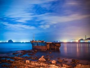 Postal: Barco oxidado amarrado en la costa