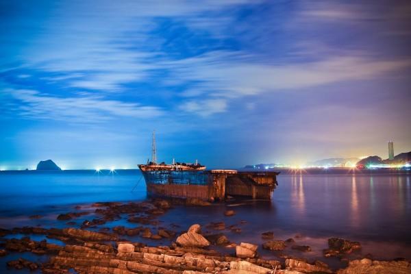 Barco oxidado amarrado en la costa