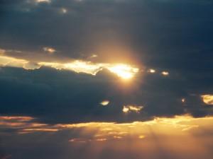 El sol asomando entre las nubes