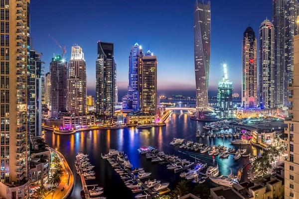La noche en el puerto de Dubai