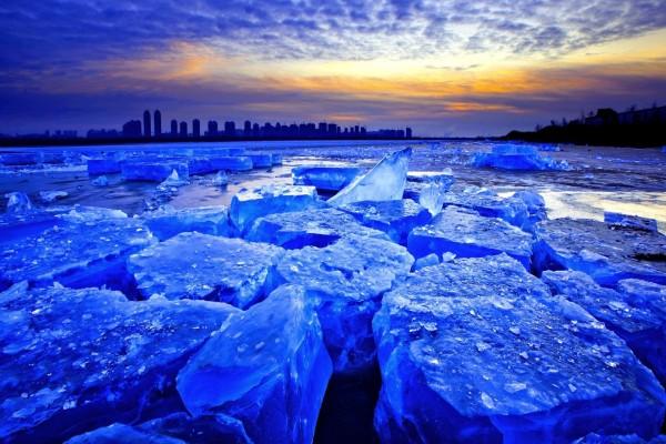 Bloques de hielo iluminados por los tenues rayos del sol