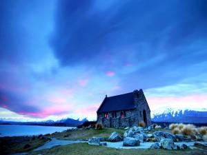 Pequeña iglesia de piedra junto al lago