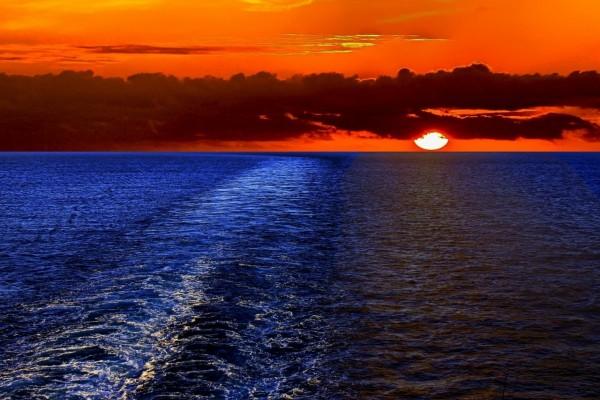 Atardecer anaranjado junto al mar