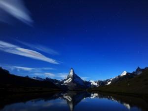 Un bonito cielo con estrellas sobre las montañas