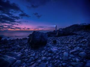 Postal: La luz del faro al anochecer