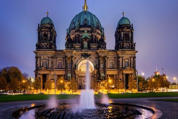 Fuente frente a la Catedral de Berlín