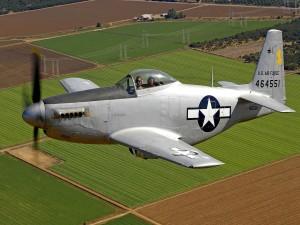 Postal: Pilotos en el avión sobrevolando los campos