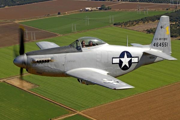 Pilotos en el avión sobrevolando los campos