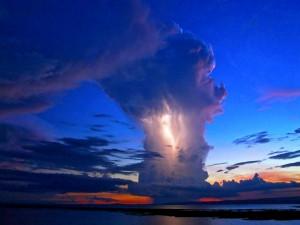 Postal: Relámpagos en la nube