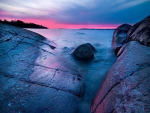 Postal: Grandes rocas en el lago
