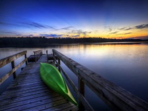 Postal: Canoa verde en el muelle del lago