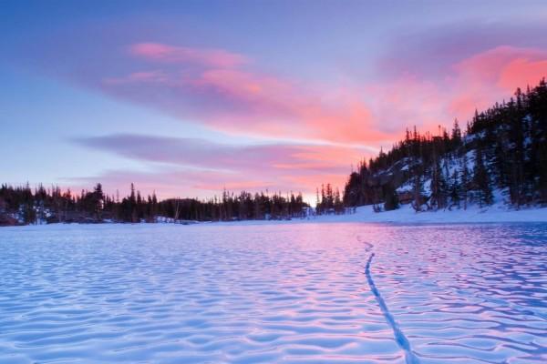 Nieve junto al lago helado