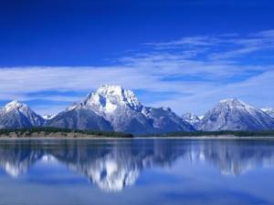Un cielo azul sobre las montañas y el lago